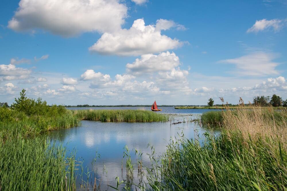 Varen op de wateren in het Nationale Park Weerribben Wieden.