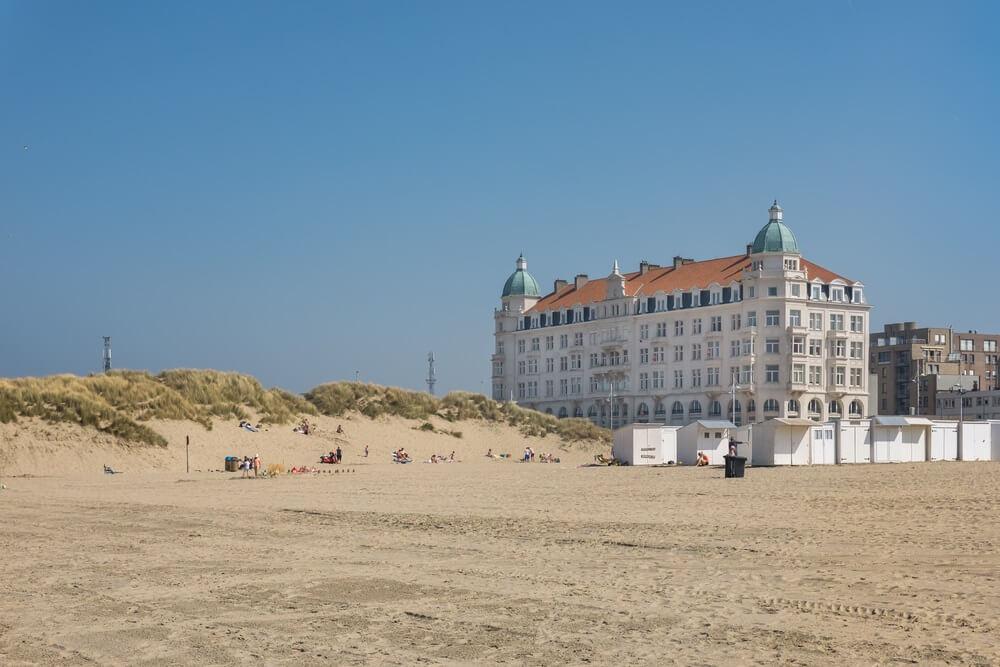 Het strand bij Zeebrugge met op de achtergrond het residentie Paleis