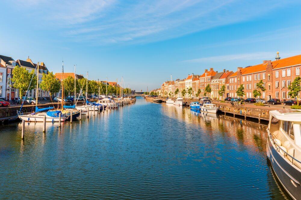 Boten in kanaal in Middelburg Zeeland Nederland.