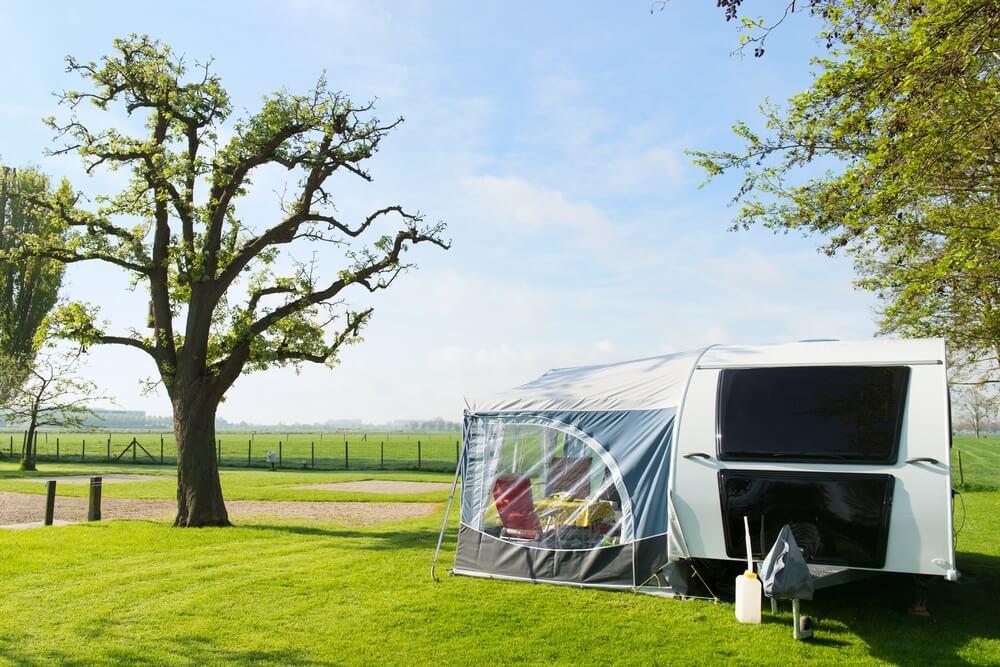 Caravan op een boerencamping in Nederland.