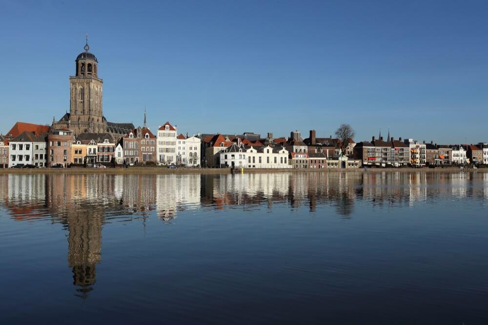 Uitzicht over het oude stadscentrum van Deventer, aan de oever van de IJssel, Nederland.