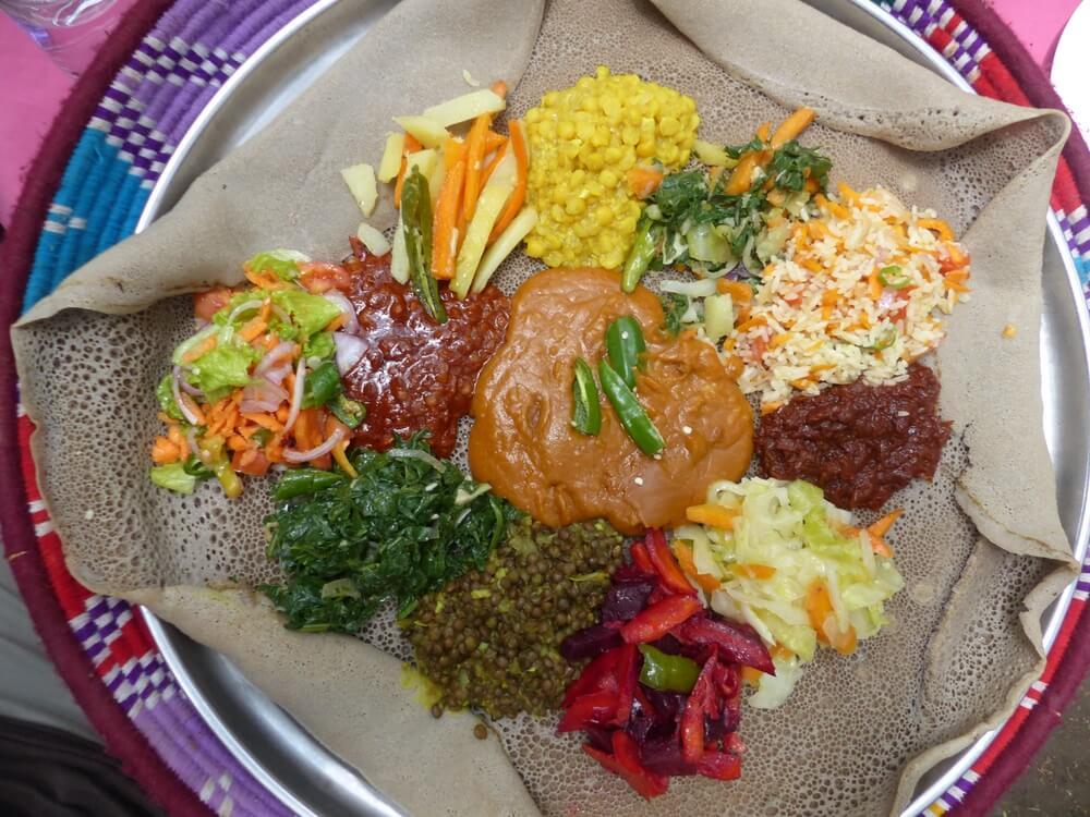 Nationaal gerecht van Ethiopië - Injera met een assortiment toppings