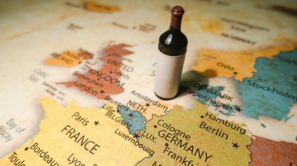 Tafelkleed van een wereldkaart met een fles rode wijn