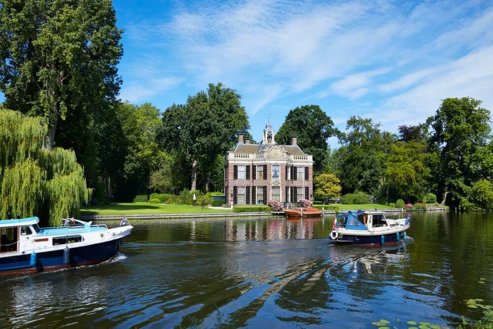 Het historische herenhuis 'Rupelmonde', gebouwd in het jaar 1710 en gerestaureerd in 1768, in het dorp 'Nieuwersluis' langs de rivier 'Vecht', provincie 'Utrecht', Nederland.