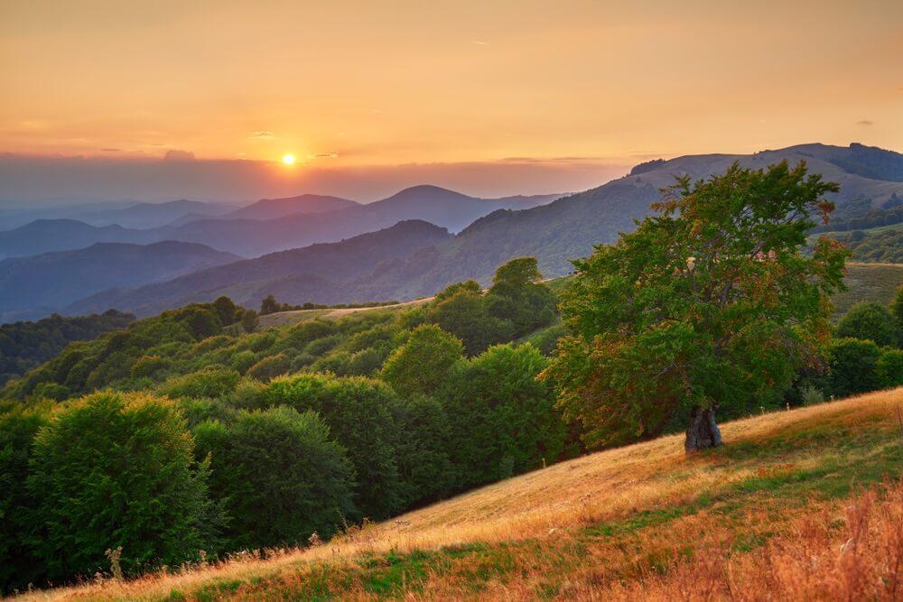 Prachtige zonsondergang over bergen reliëf. De fotografie is gemaakt vanuit het Ponikva-skigebied in het Osogovo-gebergte - Macedonië.