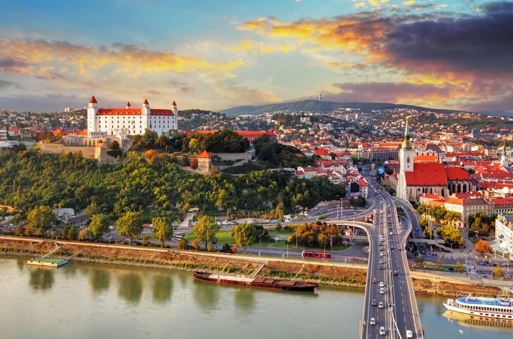 Bratislava bij zonsondergang - Luchtfoto, Slowakije.