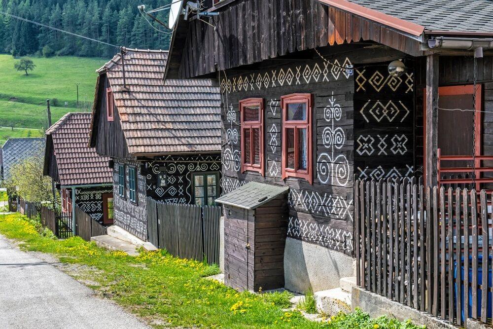 Geschilderde volkshuizen, Cicmany-dorp, Slowaakse republiek. Architectonisch thema. Reisbestemming.