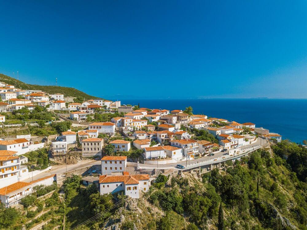 Luchtfoto van het kustplaatsje en het strand van Dhermi Albanië