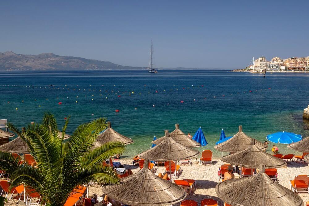 Prachtig strand met parasols voor een vakantie in Albanië. Ionische zee.