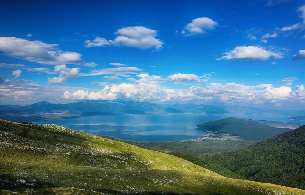 Galicica National Park in Macedonië in de buurt van Ohrid, Weg in de bergen tussen het Ohrid-meer en het Prespa-meer. Uitzicht op het Prespa-meer.