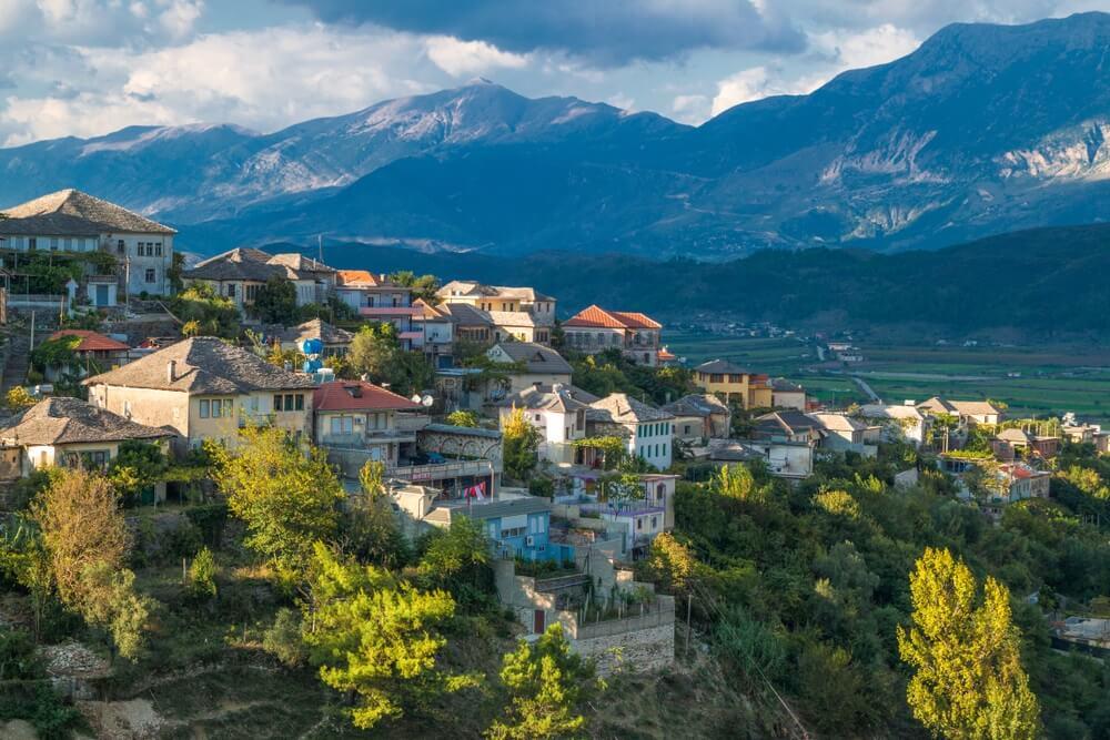 Uitzicht op de oude stad Gjirokaster, Albanië