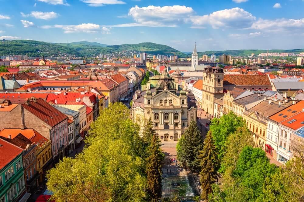 Bovenaanzicht van de hoofdstraat (Hlavna ulica) van de oude stad Kosice van de St. Elisabeth-kathedraal, met staatstheater Košice (Statne divadlo) en middeleeuwse architectuur, Slowakije (Slovensko).