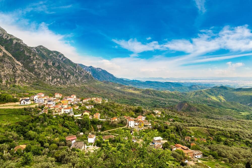 Uitzicht vanaf Kruja kasteel in een mooie zomerse dag, Albanië.