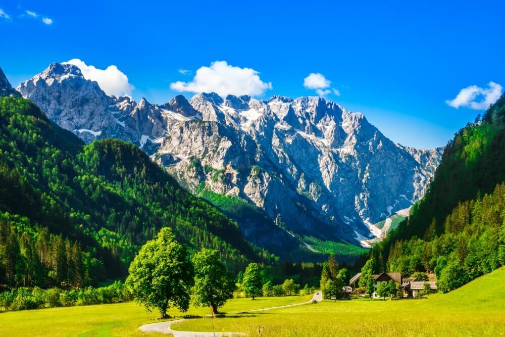 Uitzicht op bergen door Logar Valley in de Sloveense Alpen.