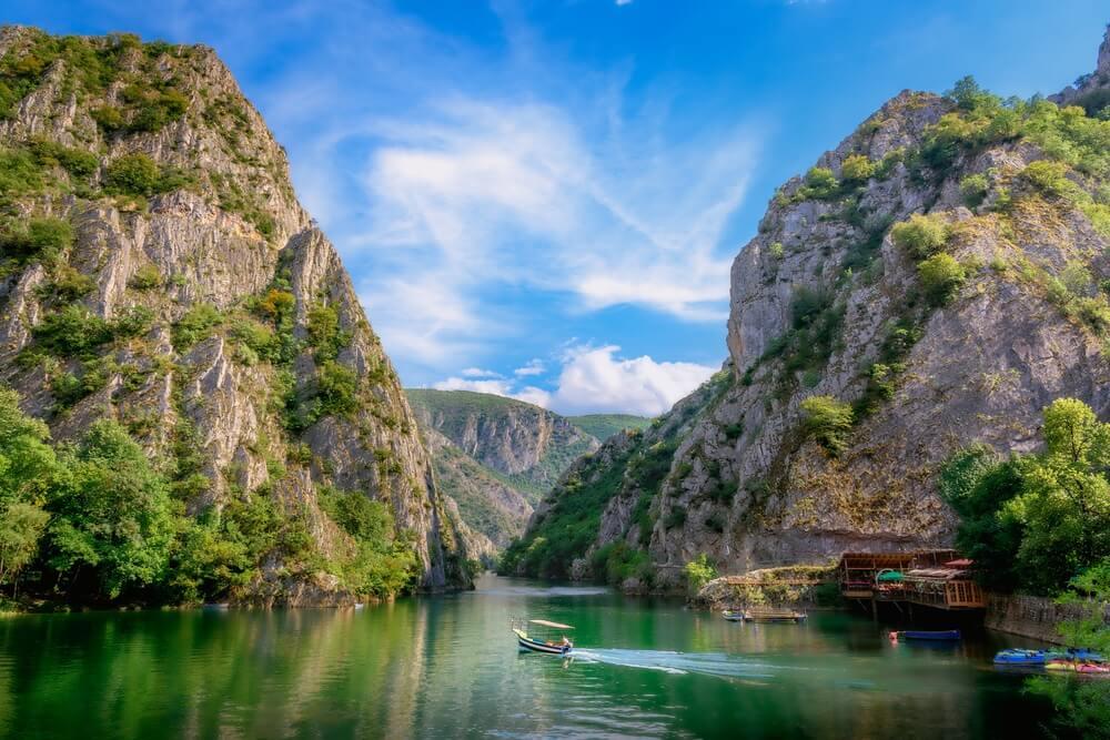 Matka canyon in Macedonië in de buurt van Skopje, boot op het meer. Bezoek de prachtige plekken in de wereld, ervaar en leer wat reizen leert.