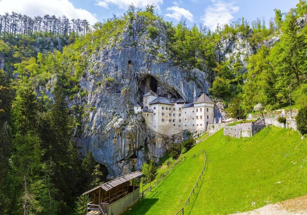 Predjama; kasteel bij de grotmonding in Postojna, Slovenië in het voorjaar.