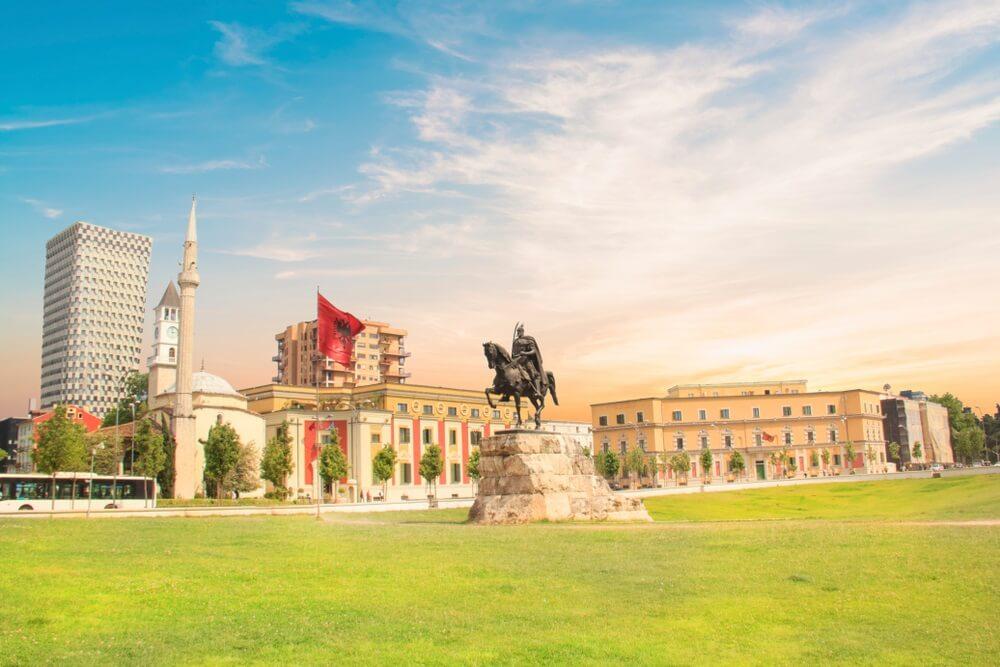 Monument voor Skanderbeg op Scanderbeg-plein in het centrum van Tirana, Albanië