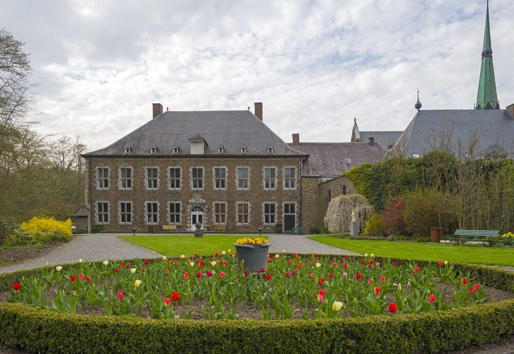 De Abdij van Val Dieu, België. Tulpen tuin daarvoor.