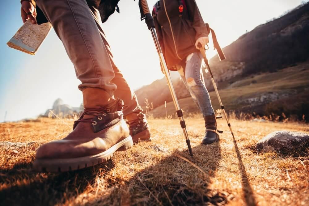 Wandelen man en vrouw met trekking laarzen op het parcours.