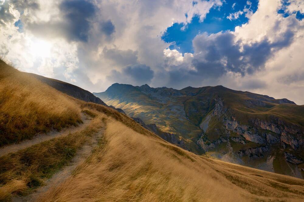 Uitzicht op de bergen en wandelpad. Nationaal park van Mavrovo, Macedonië.