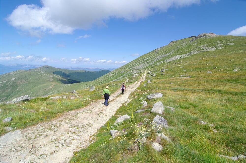 twee wandelaars langs een pad van Pelister National Park, Republiek Macedonië.