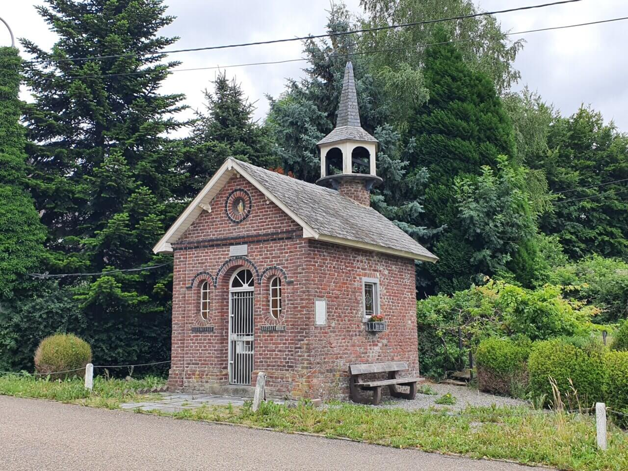 Klein kerkje staat voor de bossen in België, vlakbij Vaals.