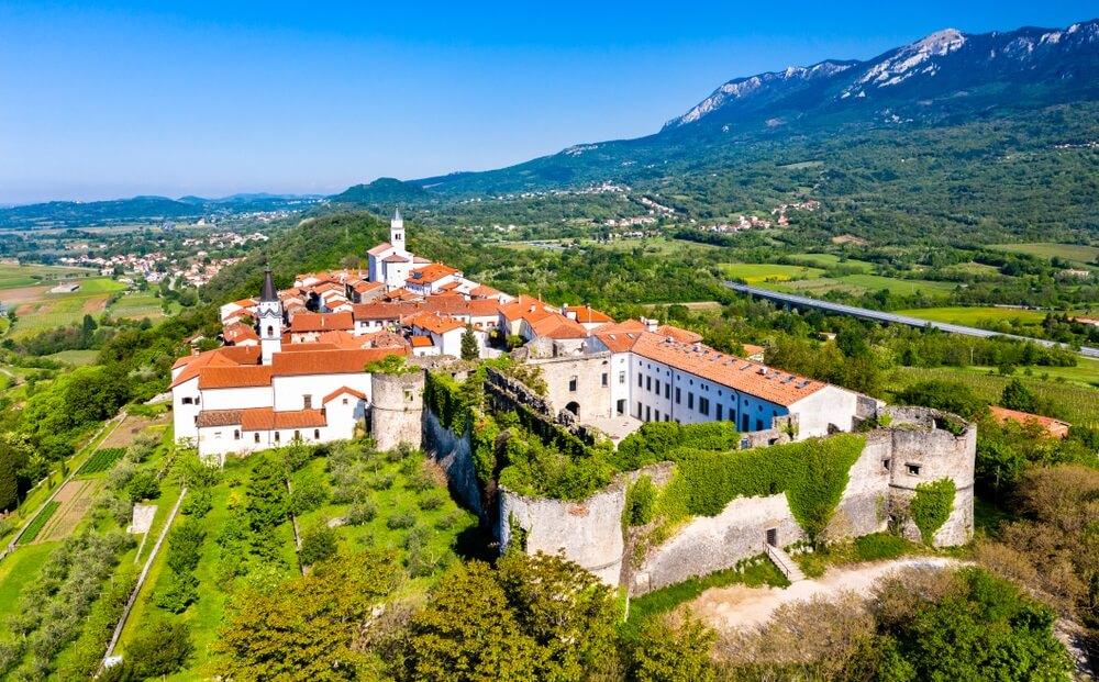 Luchtfoto van de stad Vipavski Kriz in de Littoral regio van Slovenië.