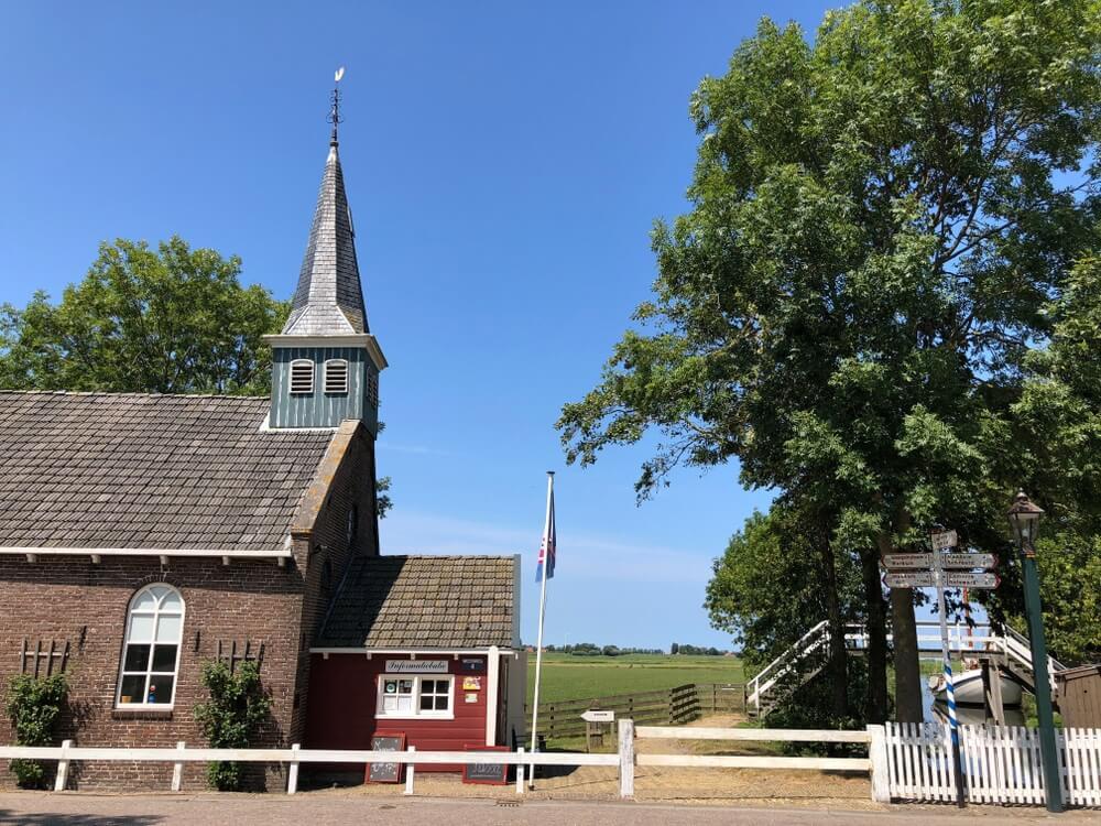 De ingang van het Fries Museumdorp in Allingawier, een terpdorp in Friesland, Nederland.