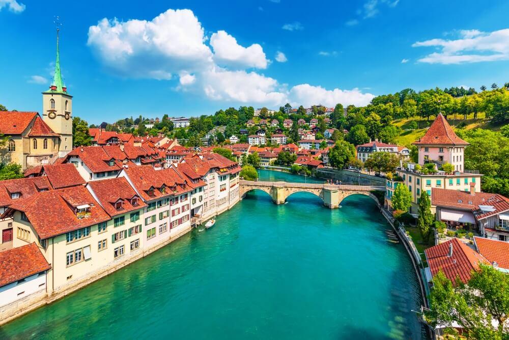 Schilderachtige zomer uitzicht op de oude stad architectuur van Bern met de Untertorbryukke brug over de rivier de Aare, Bern, Zwitserland.