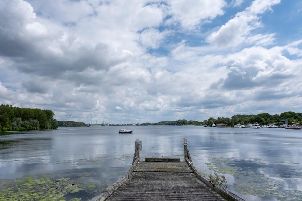 motorjacht op het Brielse Meer bij Brielle, Zuid-Holland, Nederland.