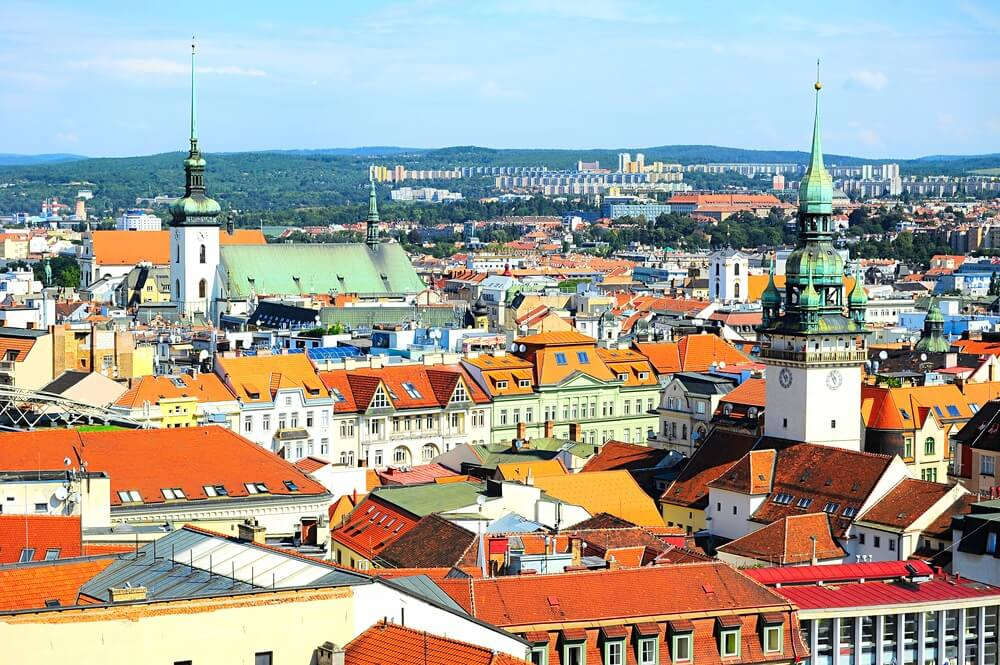 Skyline van Brno stad in de zonnige dag, Tsjechië.