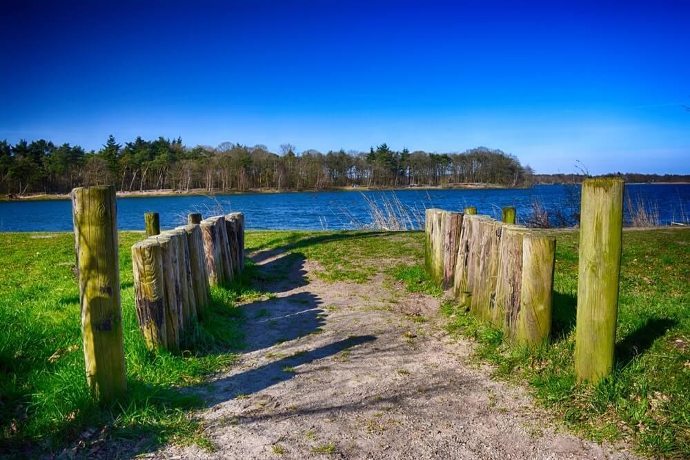 Lake in het voorjaar. Galderse Meren, Breda, Nederland.