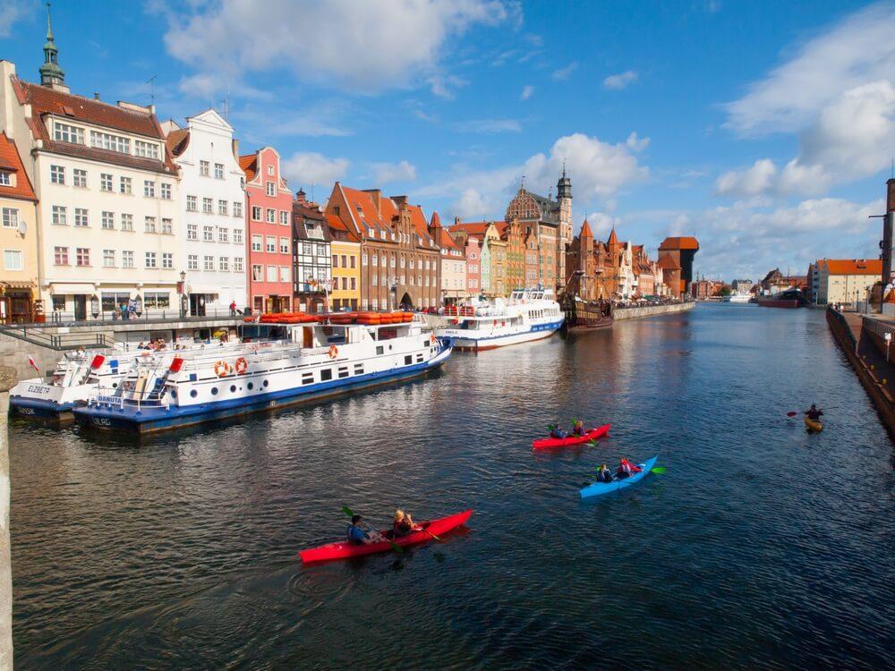Motlawa rivier met veel kajakkers in Gdansk, Polen.