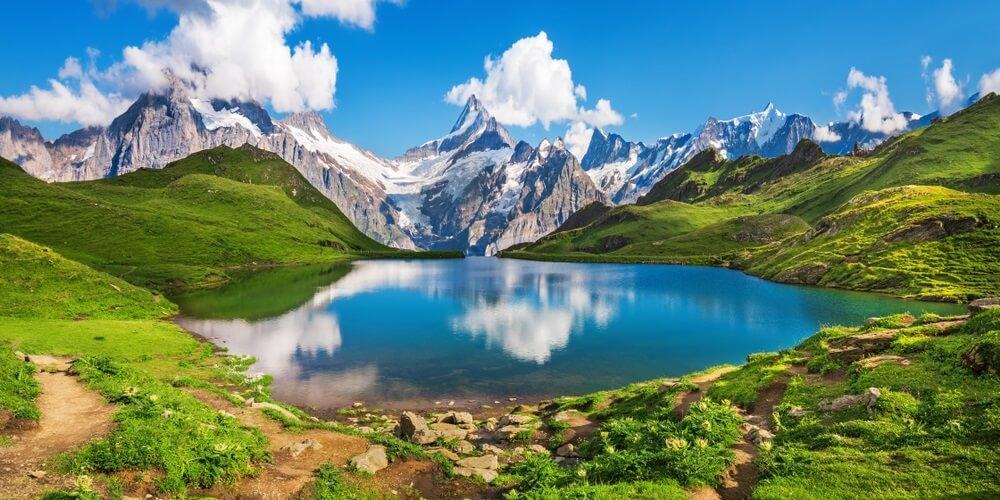 Zonsopgangmening over Berner-waaier boven Bachalpsee-meer. Populaire toeristische attractie. Locatie plaats Zwitserse Alpen, Grindelwald-vallei, Europa.
