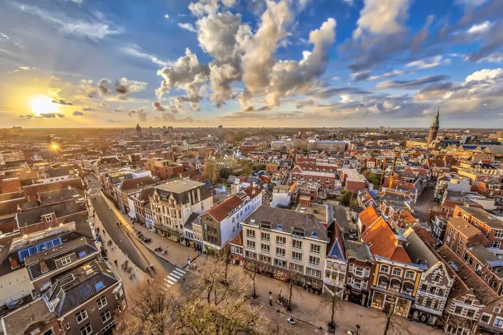 Luchtfoto over historisch deel van de stad Groningen bij zonsondergang.
