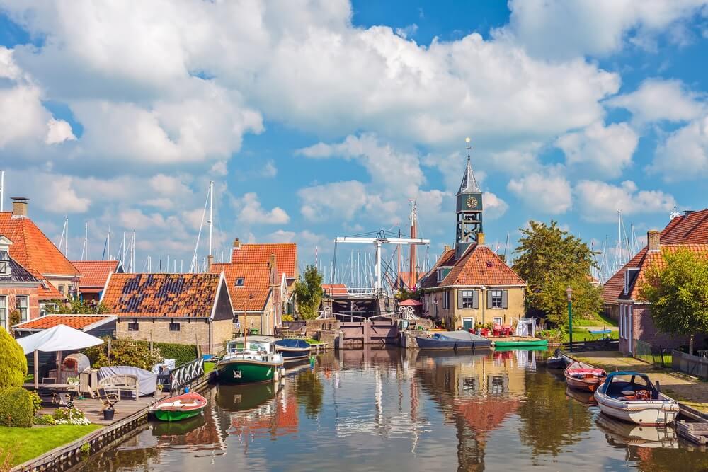 Hindeloopen; dorpje in Friesland. Haventje met dobberende bootjes.