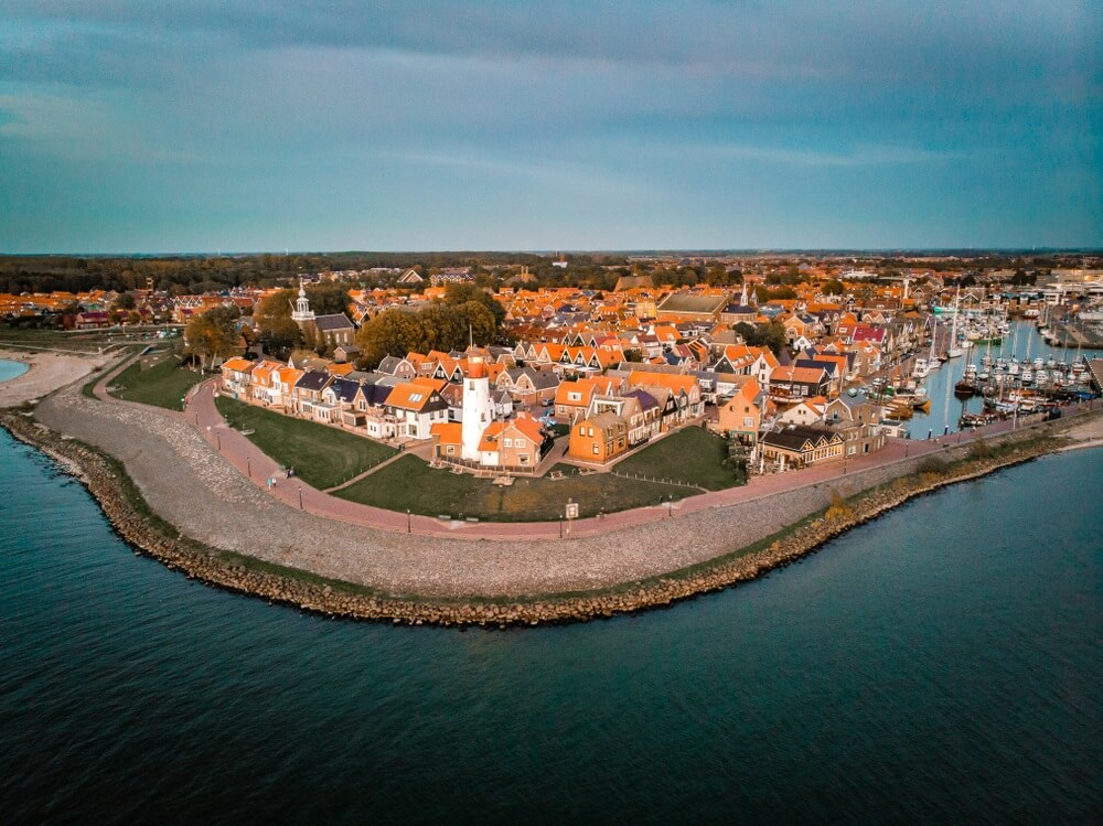 Urk Nederland, luchtfoto boven de vuurtoren van Urk Flevoland aan het IJsselmeer, drone uitzicht boven het dorp.