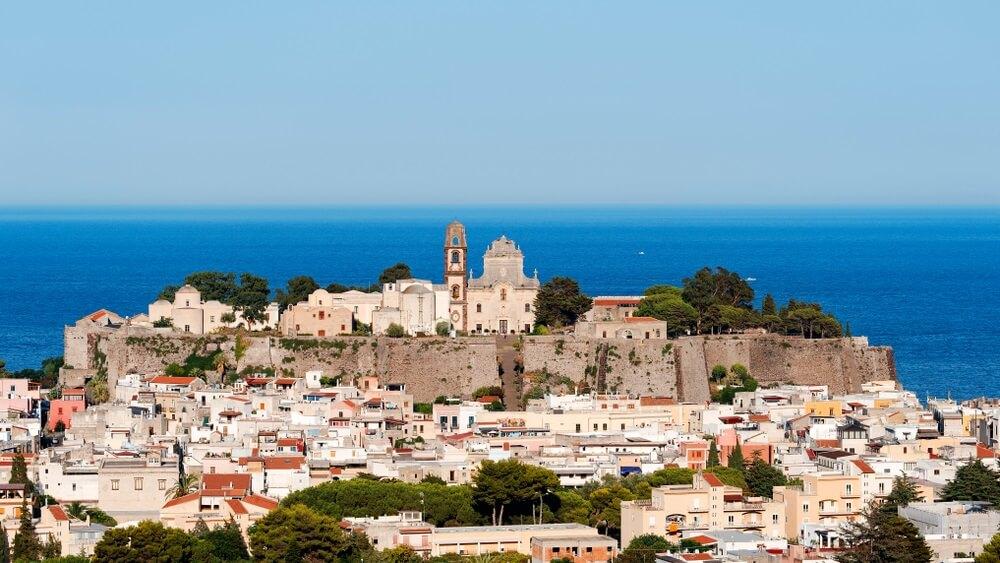 Het kasteel van Lipari en de kathedraal van San Bartolomeo met zijn klokkentoren, de trap van San Bartolomeo is ook zichtbaar. Onder het kasteel de stad Lipari. Eolische eilanden, Sicilië, Italië.