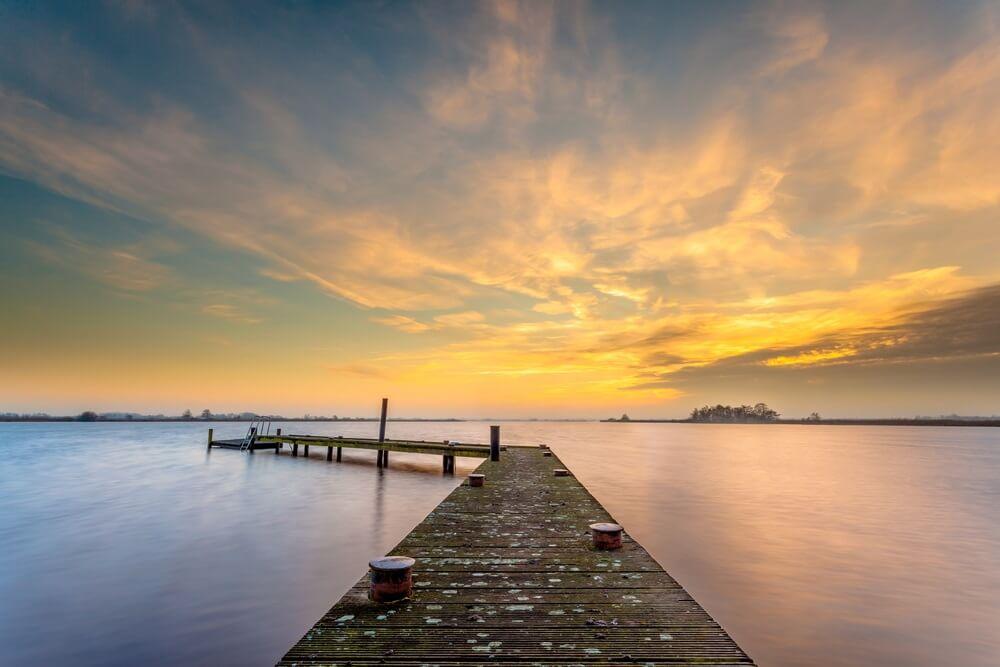 Zonsondergang over de wateren van het Leekstermeer in Nederland.
