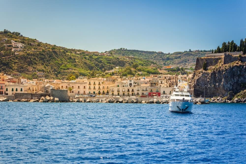 Kust van het eiland Lipari in Italië, uitzicht vanaf de zee.
