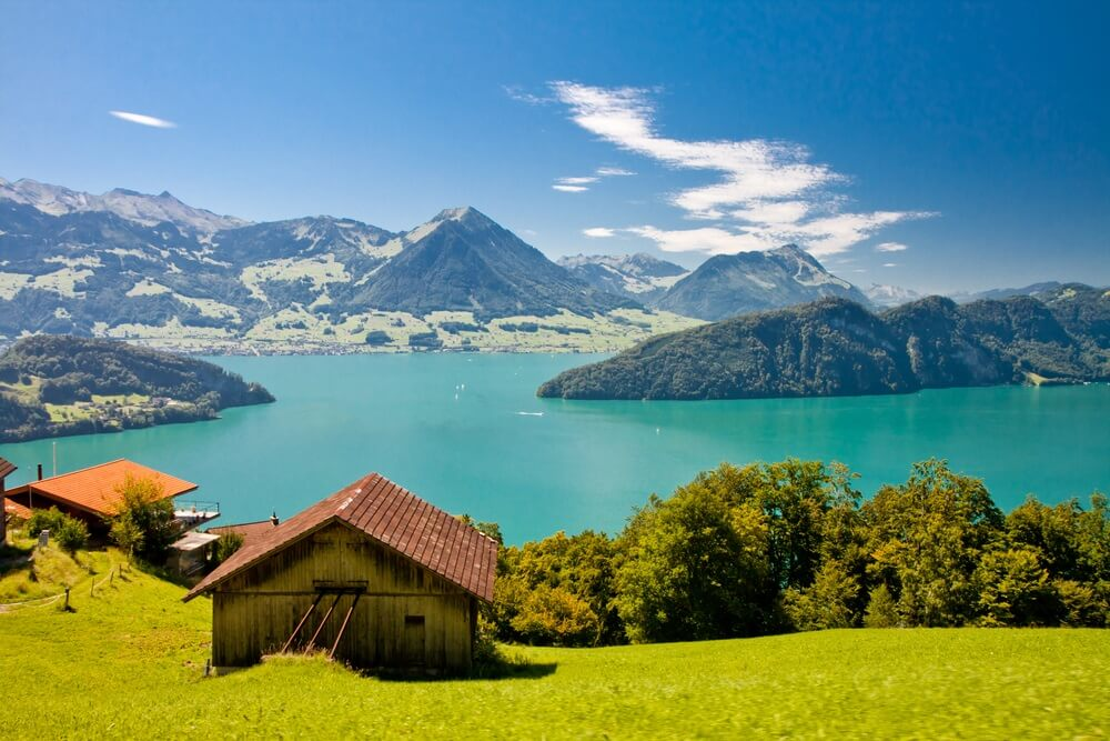 Uitzicht over het mooie meer van Luzern (Vierwoudstedenmeer).