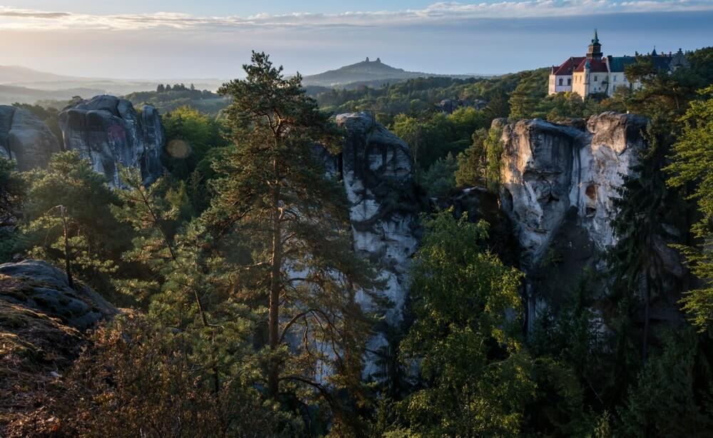 """Ochtend uitzicht vanaf het """"Marianske"""" uitzicht op het kasteel """"Hruba skala"""" tijdens zonsopgang. Op de achtergrond staat de kasteelruïne """"Trosky"""". Kasteel over rotsen in """"Cesky raj"""" in de Tsjechische Republiek."""