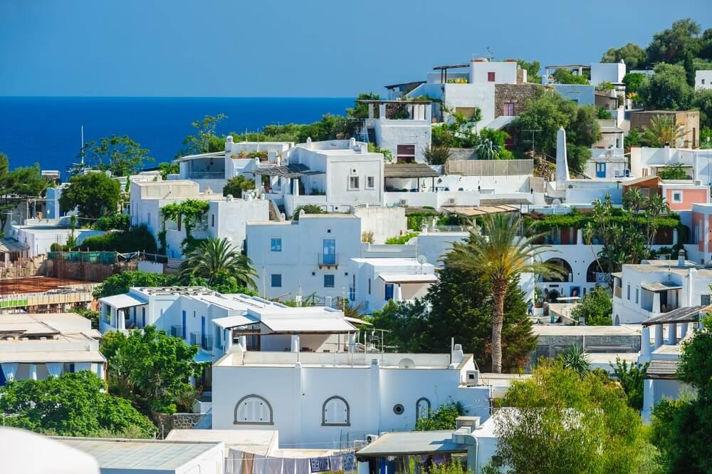 Een boven uitzicht op Panarea eiland met typische witte huizen, Eolische eilanden, Sicilië, Italië.