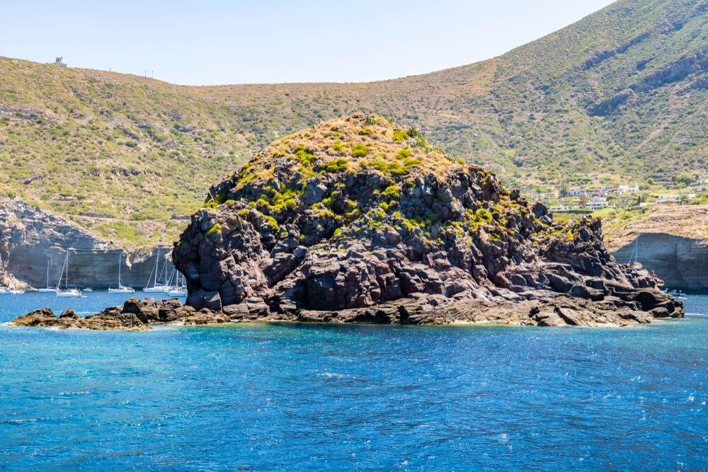 De baai van Pollara en de rots Faraglione, Eolische eilanden, Sicilië, Italië.