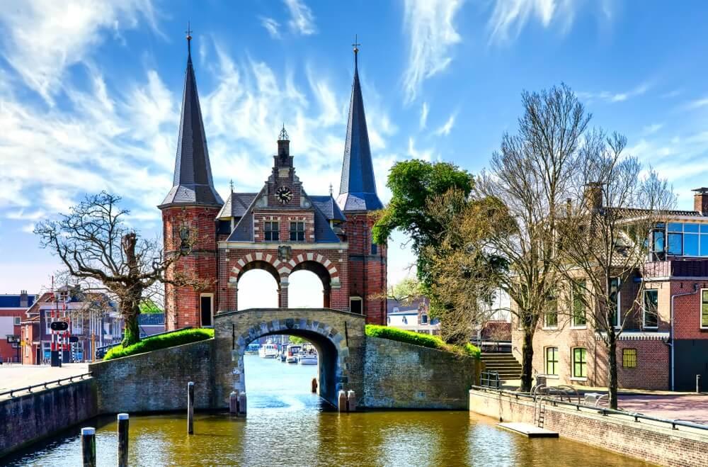 De haven en boten in Sneek, Sneek is het belangrijkste dorp in de zeilgeschiedenis van Nederland.