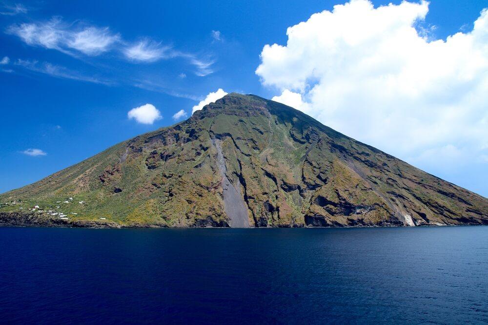 De stromboli van de vulkaan behoort tot de archipel van de eolische eilanden. Schilderachtig uitzicht op de vulkaan Stromboli in Italië. Stromboli is een van de meest actieve vulkanen ter wereld.