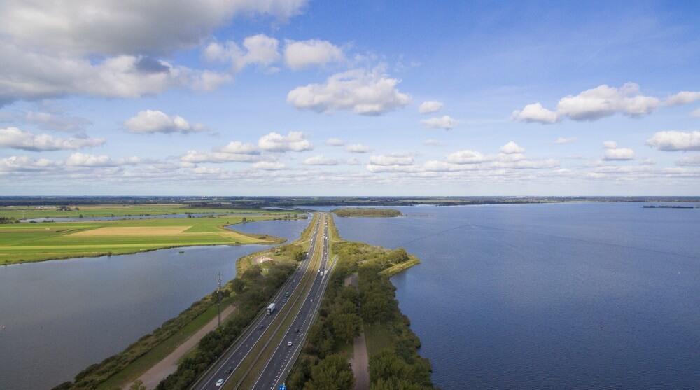 Luchtfoto op een snelweg loopt door een meer. A6 Nederland.