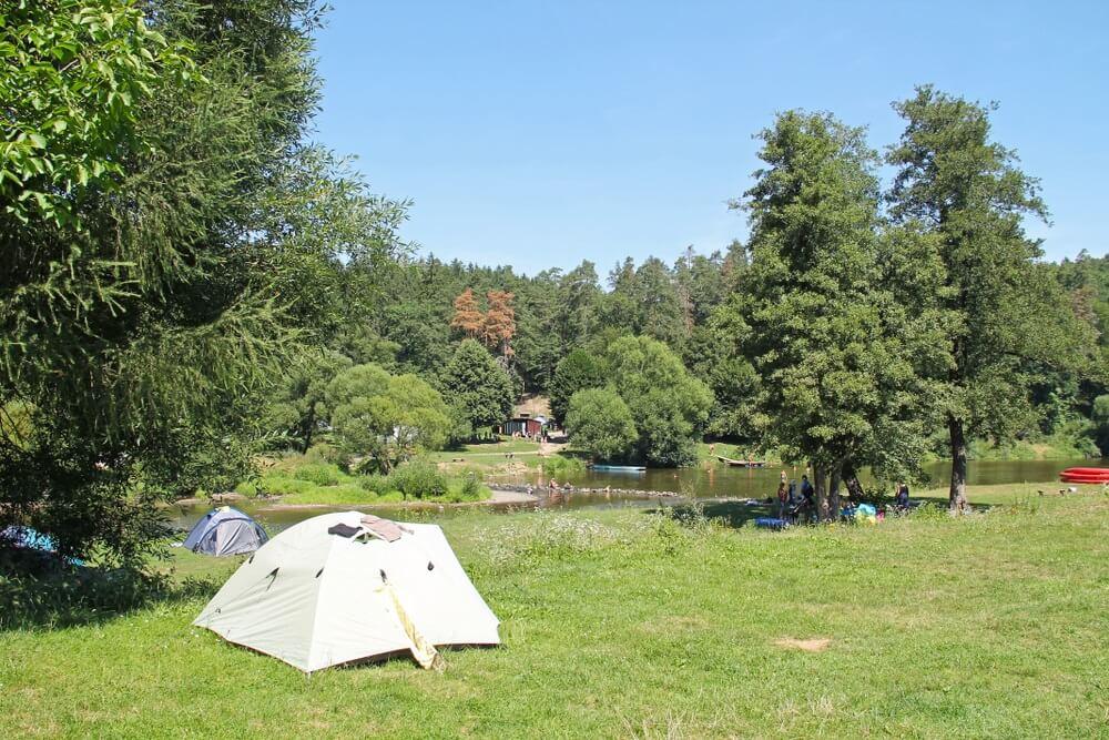 enkele tenten en mensen in het kamp aan de oever van de rivier de Sazava, Tsjechië.