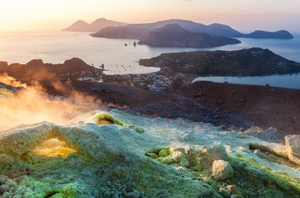 Uitzicht vanaf Vulcano eiland naar Eolische eilanden bij zonsondergang. Lipari-archipel, Sicilië, Italië.