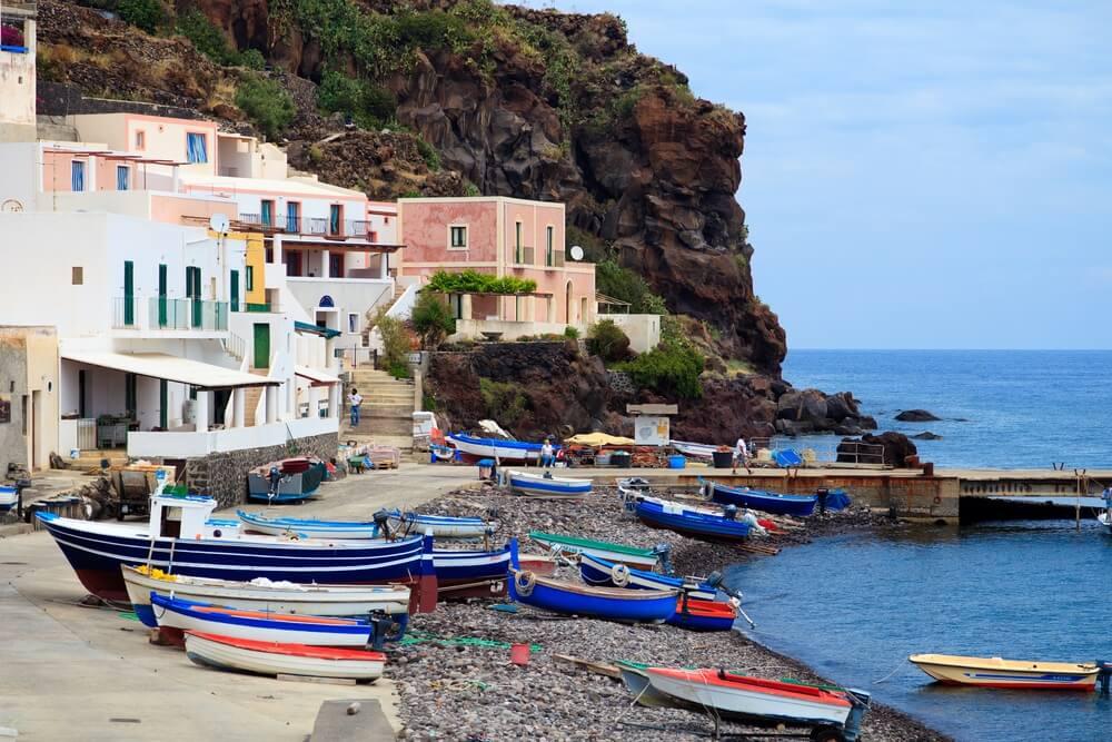 Alicudi, Sicilië haven met vissersboten.